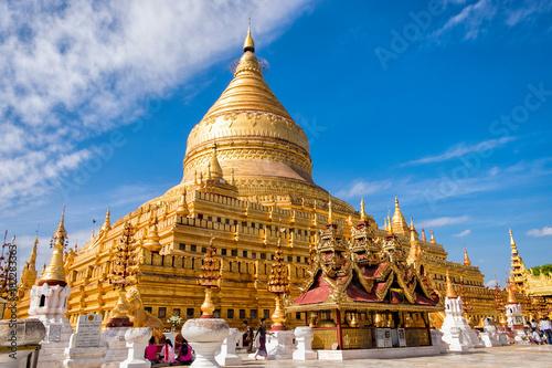 Foto Bagan, Myanmar - December 6, 2014: Burmese people pray and worship at Shwezigon Paya, one of Myanmar's most revered pagodas, in Bagan, Myanmar (Burma)