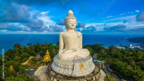 Fotografia blue sky and blue ocean are on the back of Phuket Big Buddha.