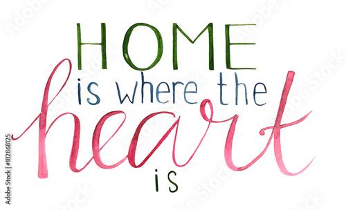 """Akwarele ręcznie rysowane napis """"Dom jest, gdzie jest serce"""" (napis pędzlem)."""