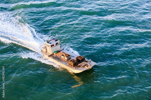 Obraz na plátně chaland rentrant de la marée avec le plein d'huitre pour les fêtes de fin d'anné