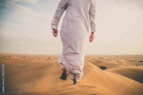 Canvas Print Arabic man in the desert