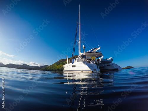 Fotografia Sailing yacht catamaran sailing in the Caribbean sea