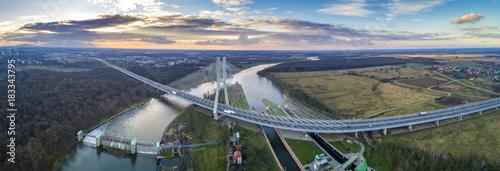 Most Rędziński na rzece Odrze we Wrocławiu z lotu ptaka. Najwyższy most wantowy o wysokości 122 m, zawieszony na pojedynczym pylonie, jest częścią AOW autostrady A8