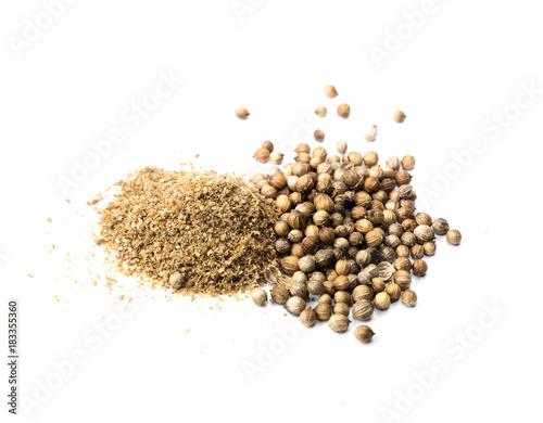 Koriander Samen und Pulver isoliert
