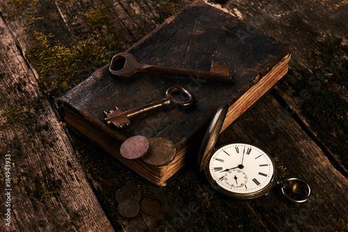 Folia na okno łazienkowe Antyczny zegarek kieszonkowy i stara książka ze starożytnymi miedzianymi monetami