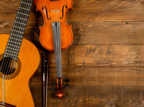 Photo guitar and violin in wood background