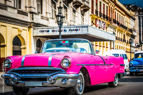 Fototapeta HDR - Amerikanischer pink Pontiac Cabriolet Oldtimer in Havana Cuba - Serie Cuba