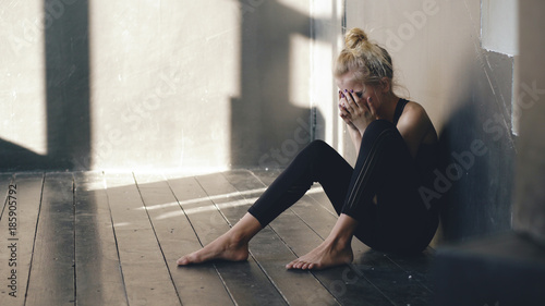 Fotografia Closeup of young teenage girl dancer crying after loss perfomance sits on floor