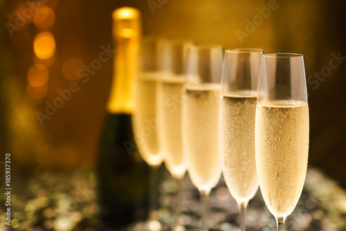 Canvas Print Many glasses of champagne in a line. Selective focus