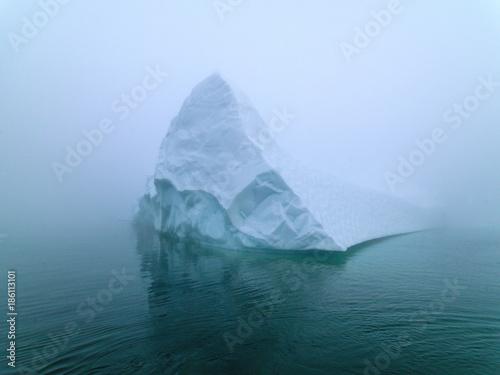 Leinwand Poster Eisberge im nebeligen Tag auf Nordpolarmeer in Grönland