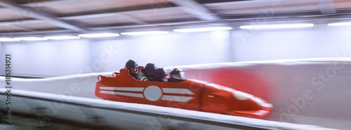 Fotografia bob sled speeding in an ice channel