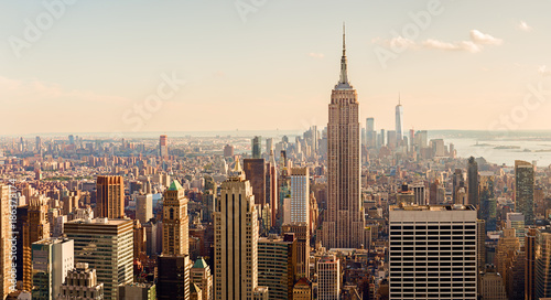 Manhattan Midtown Skyline z oświetlonymi drapaczami chmur o zachodzie słońca. NYC, USA