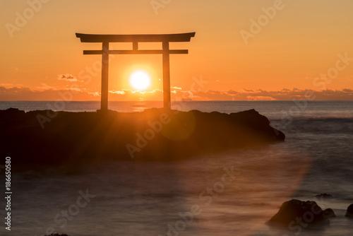 大洗海岸の神磯鳥居に上る朝日