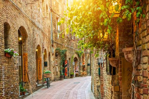 Fototapeta premium Aleja w starym miasteczku, San Gimignano, Tuscany, Włochy