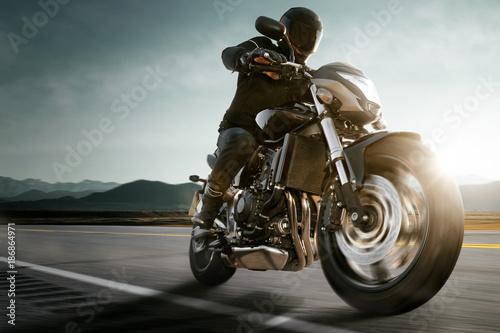 Fototapeta premium Motocykl na wiejskiej drodze.