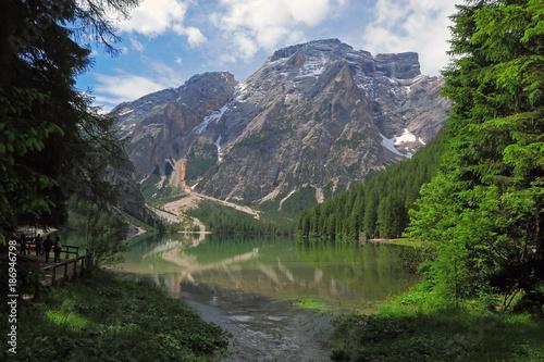 Folia na okno łazienkowe Malownicze jezioro we Włoskich Dolomitach
