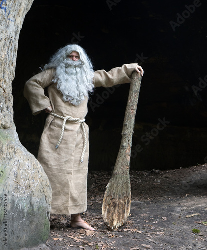 Tablou Canvas bearded hermit in a cave stands with club in hand