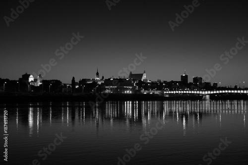 miasto nocą widok z drugiego brzegu
