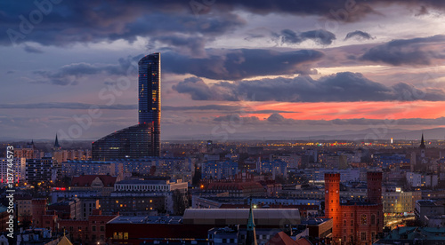 Foto Wroclav Sky Tower center after the sunset, Poland