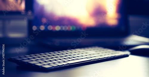 Moderner Büroarbeitsplatz mit Designtastatur und Bildschirm, Textfreiraum