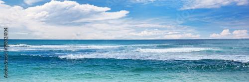 Fototapeta premium Fale morskie i błękitne niebo.