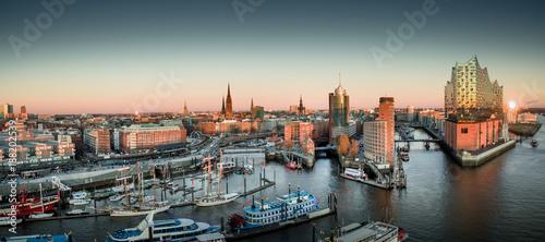 Fotografiet Elbphilharmonie und Hafencity bei Sonnenuntergang