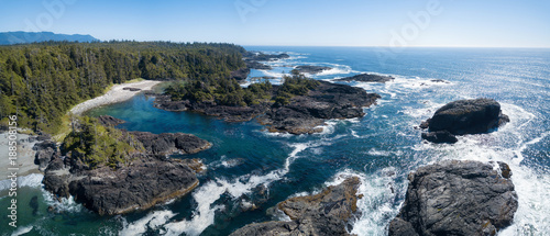 Photo Aerial panoramic seascape view of the Rocky Pacific Coast during a vibrant sunny summer day