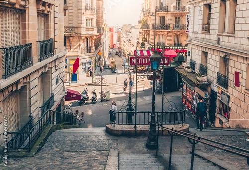 Fototapeta premium Typowe schody Montmartre i wejście do metra metra Paryż w Paryżu, Francja