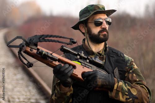 Fotografia military man with crossbow