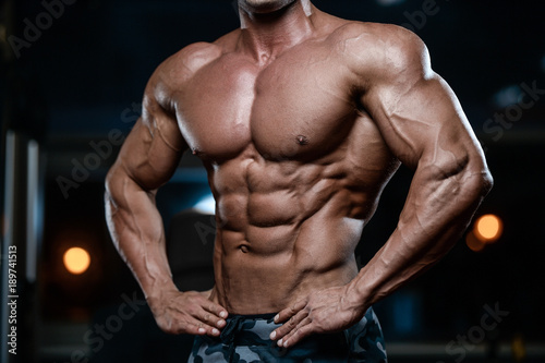 Photo Brutal strong bodybuilder athletic men pumping up muscles with dumbbells