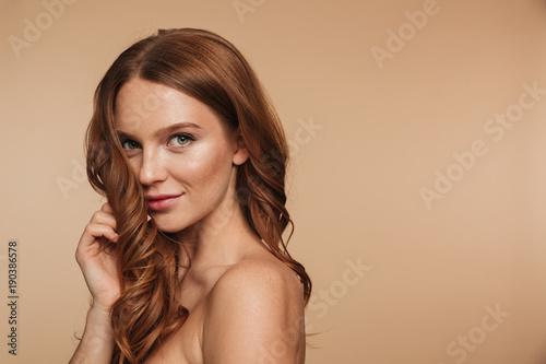 Piękno portret tajemnicza uśmiechnięta imbirowa kobieta z długie włosy