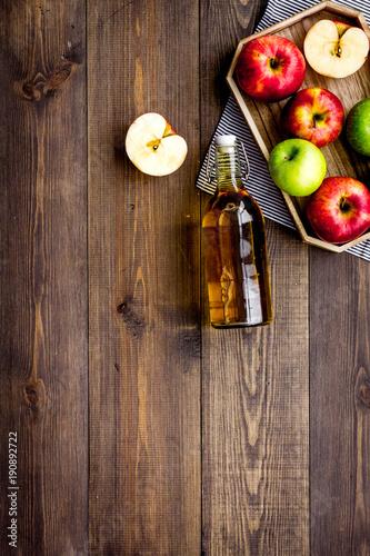 Fotografia Bottle of fresh cider near autumn apples