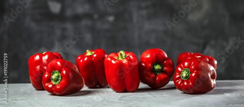Slika na platnu Chefkoch in der Küche mit Frischem Gemüse(Paprika)