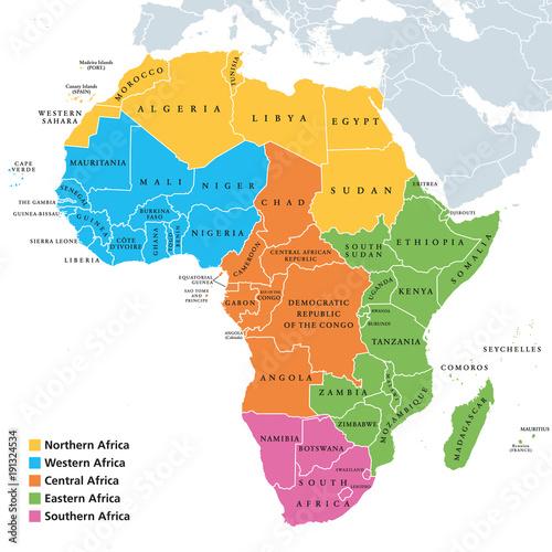 Mapa polityczna regionów Afryki z pojedynczymi krajami. Geoscheme ONZ. Afryka Północna, Zachodnia, Środkowa, Wschodnia i Południowa Afryka w różnych kolorach. Angielski opis. Ilustracja. Wektor.