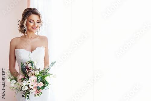Murais de parede Portrait of a beautiful bride with a wedding bouquet