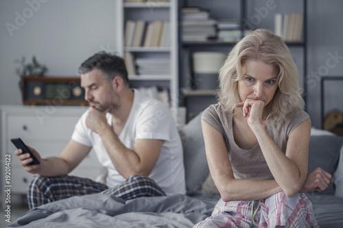 Foto Sad wife and cheating husband
