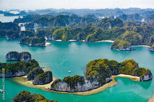 Fotografia Vietnam's Ha Long bay viewed from water plane
