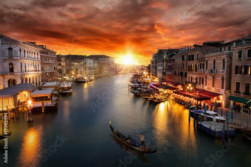 Romantischer Sonnenuntergang über dem Canal Grande in Venedig mit vorbeifahrende Fototapet