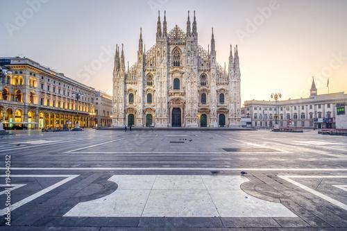 Fototapeta premium Wschód słońca na Piazza del Duomo w Mediolanie we Włoszech. Grudzień 2017.