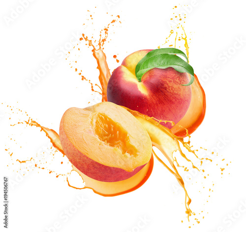 Photo peaches in juice splash isolated on a white background