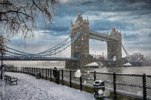 Naklejki na meble Basztowy most w Londynie podczas opadu śniegu