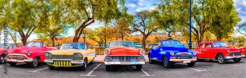 Fototapeta Kolorowa grupa klasycznych samochodów w Starej Hawanie, na Kubie na zamówienie
