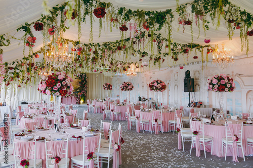 Stampa su Tela Beautiful decoration of the wedding banquet under the awning in pink, burgundy and white tones