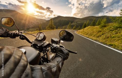 Fototapeta premium POV motorbiker trzymając kierownicę, jazda w Alpach