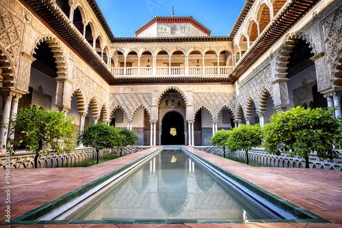 Fototapeta premium Sewilla, Hiszpania: Prawdziwy Alcazar w Sewilli. Patio de las Doncellas w Pałacu Królewskim, Real Alcazar (zbudowany w 1360), Hiszpania