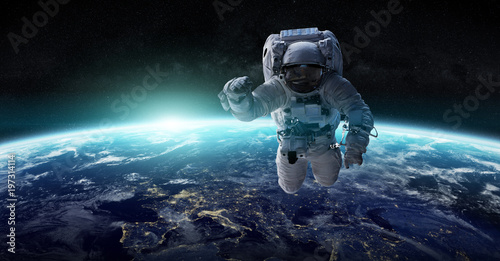 Fototapeta premium Astronauta unoszący się w przestrzeni Elementy renderowania 3D tego obrazu dostarczone przez NASA