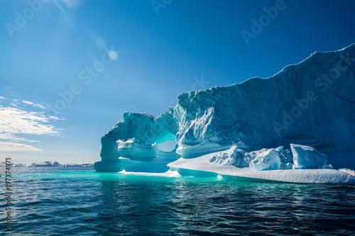 Erstaunlicher Glanz von Eisberg. Eisberg in Grönland Fototapete