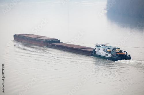 Fotografia Tugboat Pushing a Heavy Barge