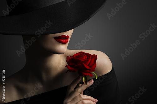 Fototapeta premium Kobiety Czerwone wargi i róża kwiat, moda modela piękna portret w Retro kapeluszu na Czarnym tle