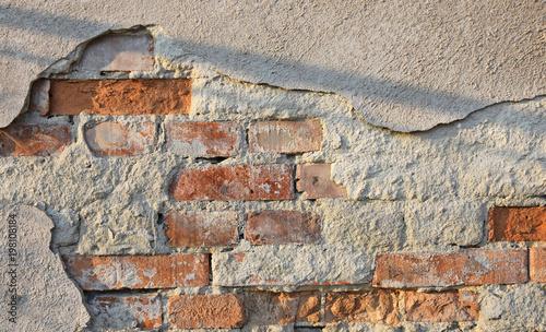 Zniszczona ściana budynku - widoczne cegły